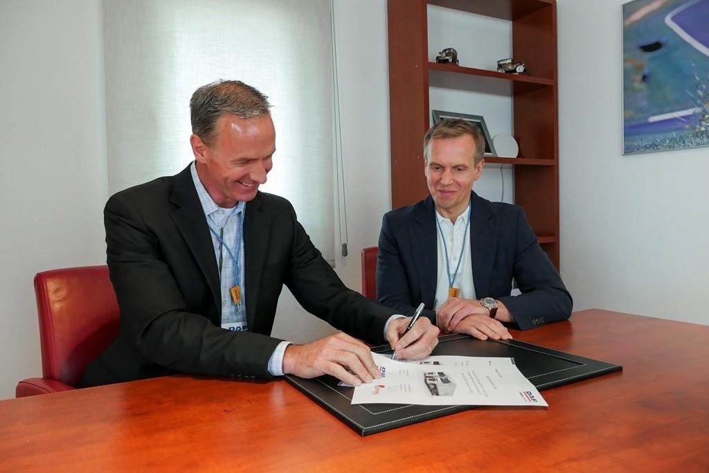 Attachment MS-0014-18 Mindaugas Raila Chairman of Girteka Logistics (right) and Preston Feight President DAF Trucks sign contract lr